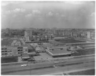 10816 Hoog overzicht van het winkelcentrum aan het Samuel Esmeijerplein met de Prinsenlaan op de voorgrond. Rechts de ...