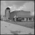 10819 Exterieur nieuwbouw Immanuëlkerk (Berlagestraat) en deel van de gebruikte noodkerk (Immanuëlkapel).