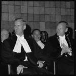 10833-2 Professor mr. W.J. Slagter (rechts) als nieuwe rector van de Nederlandse Economische Hogeschool zit naast ...