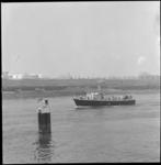 10894 Engels marinevaartuig M 2781 vaart op de Nieuwe Waterweg, met olie-opslagtanks in de achtergrond.