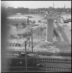 10897-3 Nieuw tramviaduct voor lijn 5 dat de spoorlijn naar Utrecht kruist, gefotografeerd vanaf Schiebroekzijde; in de ...