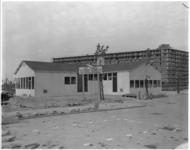 10901-1 De hulpkerk Ommoord fungeert als noodwijkgebouw aan de Stresemannplaats.