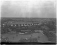 10918 Vroesenpark vanaf de uitkijktoren Diergaarde Blijdorp richting Stadhoudersweg. Rechts de apenrots van Blijdorp en ...