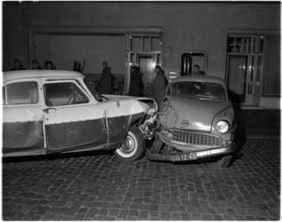 1092 Twee mensen werden gewond bij een aanrijding op de Schiedamsevest ter hoogte van het Oogziekenhuis.