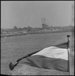 10922 Wapperende vlag van een schip bij ingang Nieuwe Waterweg, ter hoogte van Noorderhoofd en de semafoor aan de ...