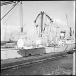 10939 Een reactorvat van 350 ton, gebouwd door de RDM, wordt in de Waalhaven aan boord van het Westduitse vrachtschip ...