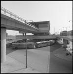 10961 Metrostation Zuidplein met daaronder, op de begane grond, een rij autobussen van de RET.