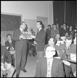 10976 Ere-voorzitter van de 50 jaar bestaande politieharmonie Hermandad, hoofdcommissaris A. Wolters, ontvangt de ...