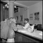 10986 Mensen bij informatiebalie van reisbureau.