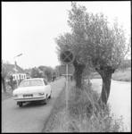 11013 Auto rijdt op smalle weg naast sloot.