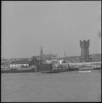 11049 Panorama van Maassluis, gefotografeerd vanaf de Nieuwe Waterweg; met overzetveer, watertoren en Grote Kerk.