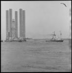 11056 Booreiland Sedneth II wordt door zeesleper Groningen en andere sleepboten verplaatst.