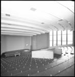 11058-2 Interieur van grote aula in de nieuwbouw van de Nederlandse Economische Hogeschool (Erasmus Universiteit) op ...
