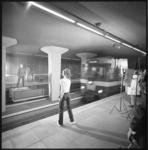 11063 Leden van het Nationaal Ballet worden op het perron van metrostation Stadhuis gefilmd voor een TV-film.
