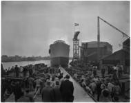 1108-1 Van de werf van A. Vuyk en zonen's Scheepswerven N.V. te Capelle aan den IJssel wordt het motorschip North ...