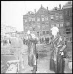 11110 De oudste werknemer van de Nederlandse Dagblad Unie (NDU), machinezetter P. Snelleman en rechts zoon Hans van ...
