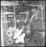11112 Twee dames bij een vitrine met spaarpotten in Museum Boijmans.