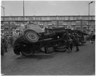 1114 Een gekantelde truck met oplegger op de hoek Vredenoordlaan met Slaak.