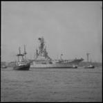 11157 Vliegkampschip Karel Doorman met sleepboten op de Nieuwe Maas, varend richting Rotterdam.