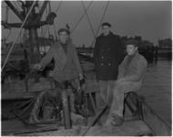 1116 Drie vissers van de Ierseke 156 nadat brand was uitgebroken gered door de bemanning van de reddingboot President ...