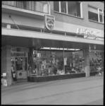 11163 Exterieur van witgoed-, radio-, tv-zaak van J.B. Elshout aan het Jacob van Campenplein 192.