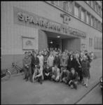 11165 Groepsfoto van kweekschoolleerlingen, poserend voor de ingang van het hoofdkantoor van de Spaarbank aan de Botersloot.