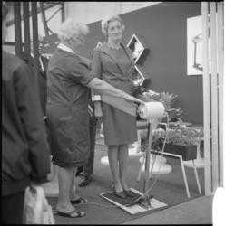 11214 Mevrouw A.N. Thomassen-Lind staat tijdens de 21e Femina op een trilapparaat voor gewichtsvermindering.
