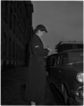 1122-1 Vrouwelijke politieagent schrijft een bekeuring uit in de Stadhuisstraat.