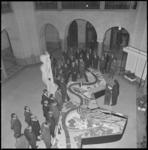11232-1 De hal het stadhuis tijdens de opening van de tentoonstelling 'Duisburg groet Rotterdam' met onder andere een ...