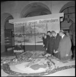 11232-2 Oberbürgermeister A. Seeling vertelt onder andere aan burgemeester W. Thomassen over de maquette van het ...
