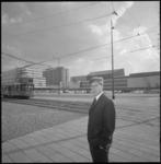 11241 De heer Adriaan van der Staay, directeur van de Rotterdamse Kunststichting, poseert op het Stationsplein en het ...