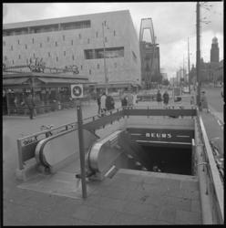 11244-2 Ingang metrostation Beurs ter hoogte van de Amsterdam-Rotterdam Bank, richting Bijenkorf.