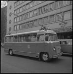 11265-1 Een bus als rijdend kantoor voor Spaarbank-klanten staat voor de ingang van de hoofdvestiging aan de Botersloot.