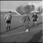 11266 Rector magnificus van de NEH, prof. mr. W.J. Slagter doet de aftrap op het voetbalveld van Sparta; drs. A. Peper, ...