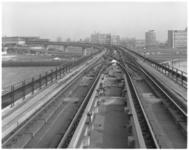 11275 Metrobaan Zuiderparkweg, richting metrostation Zuidplein. Rechts op de achtergrond het Ikazia Ziekenhuis en het ...