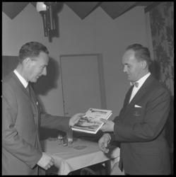11289 De heer F.J. van Zonneveld (rechts) overhandigt het door hem geschreven boek 'Rotterdam en z'n tram' aan ...