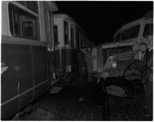 1130 Duitse vrachtauto op het kruispunt Brielselaan-Maashaven in botsing met de diesellocomotief van de RTM die met ...