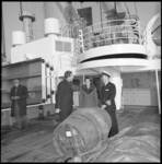 11305 Gezagvoerder en twee andere mensen staan op het dek van een schip bij een sherryvat.