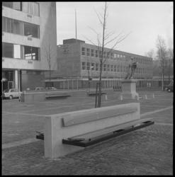 11311 Half overzicht van Sint-Laurensplaats (1952-1976 daarna Grotekerkplein) met aantal zitbanken; standbeeld van ...