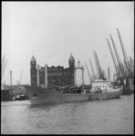 11313 De Nederlandse kustvaarder 'Imber' verlaat de Rijnhaven, met 600 ton melkpoeder op weg naar Nigeria. Op de ...