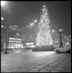 11339-2 Grote verlichte kerstboom voor stadhuis op Coolsingel; hotel Hilton op de achtergrond.
