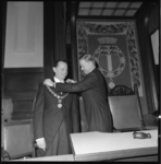 11349 Waarnemend voorzitter van openbaar lichaam Rijnmond, mr. H.B. Engelsman, hangt de ambtsketting om bij W.A. Fibbe, ...