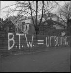 11378-1 Protesttekst op schutting aan de Blaak tegen BTW-verhoging.