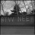 11378-2 Protest tegen btw-verhoging op de muur van Diergaarde Blijdorp aan de Stadhoudersweg. Op de achtergrond de ...
