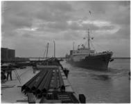 1139-1 Eerste tanker, het Sovjet-Russische schip Moskovsky Festival, neemt ligplaats in het Botlekgebied aan de ...