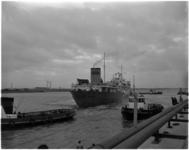 1139-2 Eerste tanker, het Sovjet-Russische schip Moskovsky Festival, neemt ligplaats in het Botlekgebied aan de ...