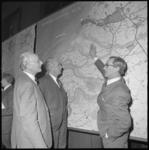 11427-1 De Rotterdamse topambtenaren ir. J.A.C. Tillema, (links) ir. F. Posthuma (midden) en ir. B. Fokkinga staan ...