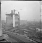 11444 Overzichtsfoto vanuit Groothandelsgebouw-zijde Weena, van het Bouwcentrum met vlag op de hoogbouw na bereiken van ...