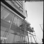 11486 Plaatsing van nieuwe ruit in de gevel van het Hilton hotel aan het Hofplein hoek Coolsingel.