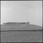 11520-2 Totaalbeeld van voorlichtingscentrum- en restaurant Eur-O-Rama op terp in Europoort, met op de voorgrond grote ...